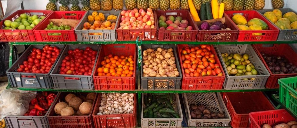 Foto de estantería con frutas y verduras
